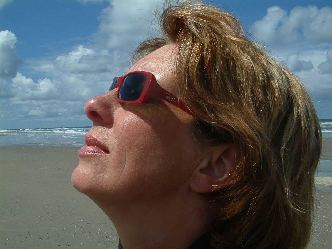 jonge zelfbewuste vrouw aan het strand