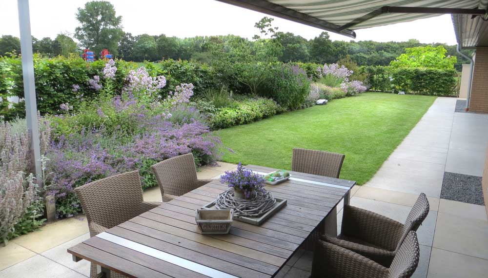 terras met gazon en plantenborder