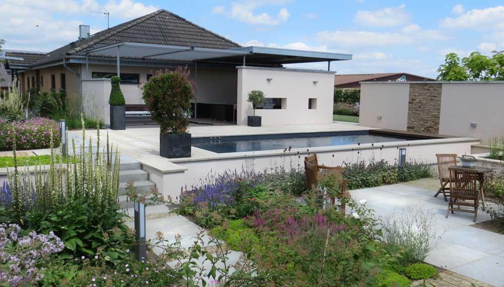 beschut terras met swimming pool