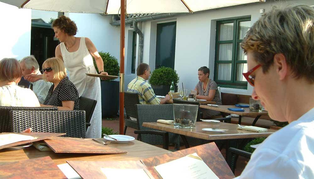 tuin van restaurant vol met gasten