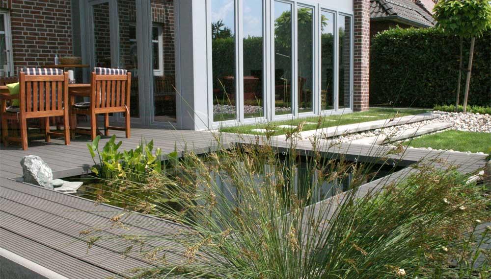 kleine tuin met centraal gelegen vijver