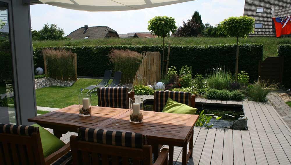 houten terras met tuinameublement