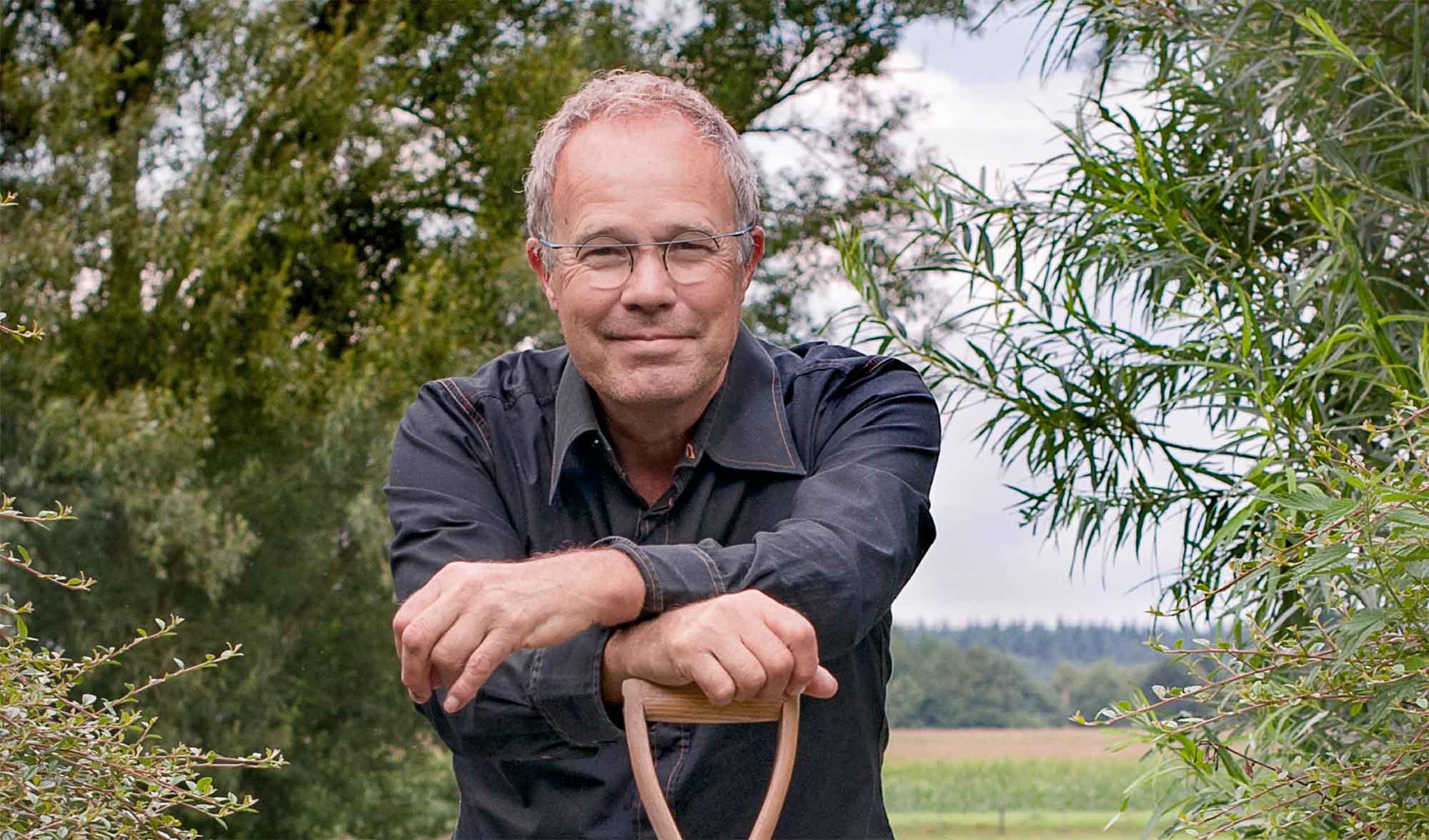 frank fritschy garden designer in zijn tuin in viller